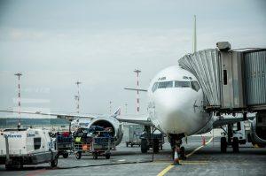 letadlo na ploše letiště